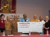 德州佛教會向愛利夫學區貧困學生捐贈五百套文具